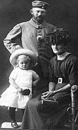 Hans Christian Iversen i tysk soldateruniform med kone og datter.