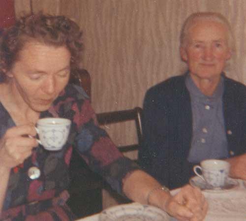 Ina Bekker Jensen og Karla Madsen, de to sidste ejere af huset på Troensevej fra slægten.