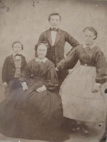 Ina med børnene Christen, Adrian Severin og Marie Kirstine (som på bagsiden af billedet kaldes Minna)