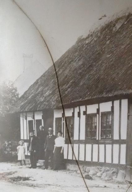 Ina og Carl Christian Madsen foran huset - sandsynligvis med deres ældste søn Poul og datteren Marie Kristine og en af hendes døtre. At dømme efter påklædning, er billedet er taget omkring 1905,.