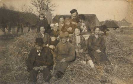 Familien hjælper med ved høsten på jordtilliggendet i 1928. Det er Carla yderst til højre ved siden af søsteren Marie Rasmussen, sikkert en af brødrene og Maries mand Rasmus Rasmussen samt deres døtre og børnebørn.