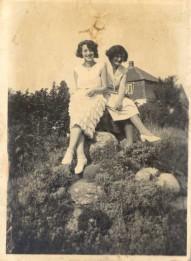 Inger og Nelly Rasmussen sidst i 1920'erne.