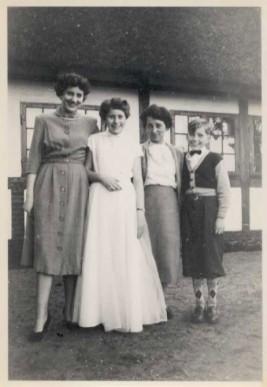Nelly ved sin konfirmation med sin mor, storesøster Mona og lillebror Peter.