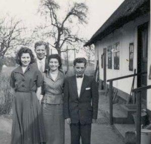 Peter ved sin konfirmation sammen med de store søskende Nelly og Mogens og kusine Kis.