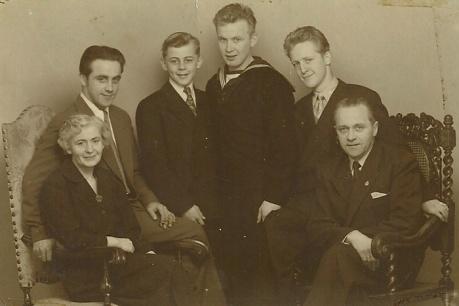 Cilia og Niels Kristian med de fire sønner.