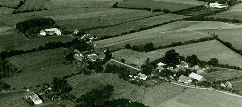 Knudsbølle, hvor Lunds gård ligger yderst til venstre. Stuehuset er moderne.