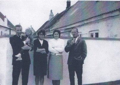 Knud Christensen yderst til højre med døtrene Marianne og Magdalena og en af svigersønnerne.