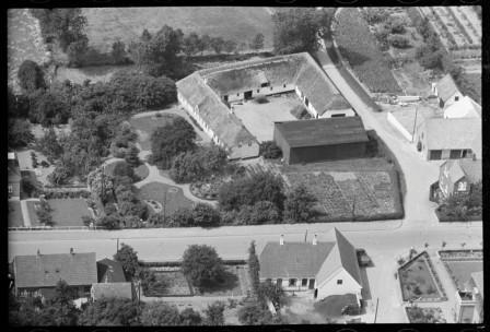 I følge www.piil.dk viser dette foto fra 1936 muligvis Pill-slægtsgården. Gården blev revet ned før 1960´erne