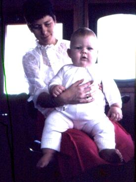 Nelly i styrehuset med sin ældste søn.