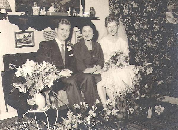Mogens bliver gift med Kirsten. Inger i midten.