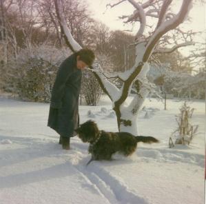 Nelly med hunden Krølle