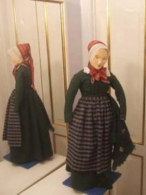 Velhavende kvinde i helgarnskjole fra 1700-tallet.