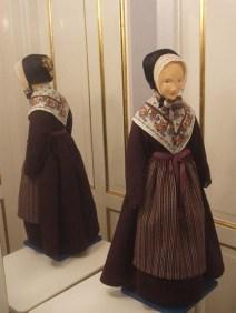 Hvergarn, (af mnty. werkgarn, af werk 'blår'), oprindelig hjemmegjort stof med kæde af hør og uldent skud. Senere fabriksfremstillet, groft, slidstærkt stof med bomuldskæde og skud af uld eller evt. shoddy (opkradset tekstilaffald). Anvendtes ensfarvet og mønstret til forklæder, mandskjoler og -veste samt kvindekjoler