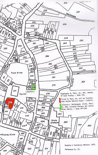 Kort hvor Tønnes Peter Bekkers hus på hjørnet at Møllergade og Lilletorv er markeret med grønt, og Adrian Bekkers gård på torvet er markeret med rød. (Kilde Aksel Røhlings bog om Adrian Bekker)
