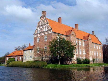 Sophus Theodor Krarup var godsinspektør ved Grevskabet Gyldensteen og Gottlieb Ferdinand Krarup afsluttede sin karriere som forvalter ved samme gods.