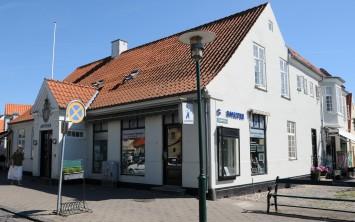 Bygningen er opført i 1845 for Det Kongelige Generaltoldkammer og Commercekollegium som embedsbolig for toldforvalteren. Derfor sidder rigsvåbenet på facaden.