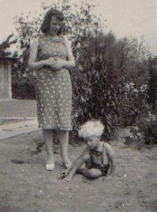 Esther Mikkelsen og hendes ældste søn, Mogens.